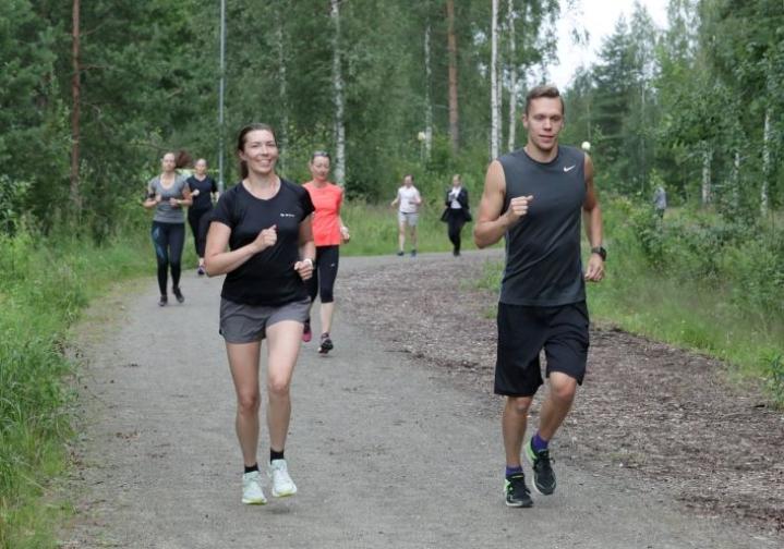 Lotta Lilja pinkoi valmentaja Joni Jääskeläisen kanssa ryhmän etunenässä.