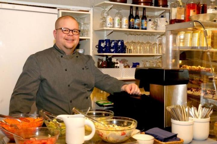 Sinistä Kahvilaa Lieksan keskustassa pyörittävä Arto Hiltunen on ehtinyt moneen. Hänellä on muun muassa eräoppaan, vuokraveneen kuljettajan, safarikokin, viininmaistattajan ja ravintovalmentajan pätevyydet. Hän on toiminut myös Suomen restonomit ry:n puheenjohtajana.