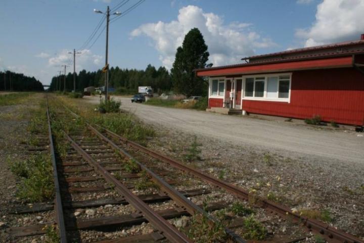 Ilomantsin radan Heinävaara-Ilomantsi-välille osoitetaan 15 miljoonan euron rahoitusvaltuutta. Arkistokuva Ilomantsin entisen juna-aseman pihalta.