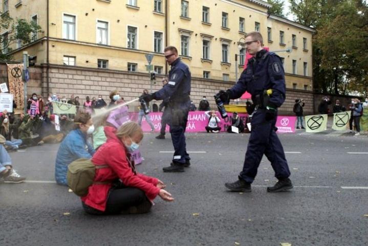 Pippurisumutteen käyttö Elokapina-liikkeen mielenosoittajia vastaan on herättänyt arvostelua poliisia kohtaan. LEHTIKUVA / HANDOUT / ELOKAPINA