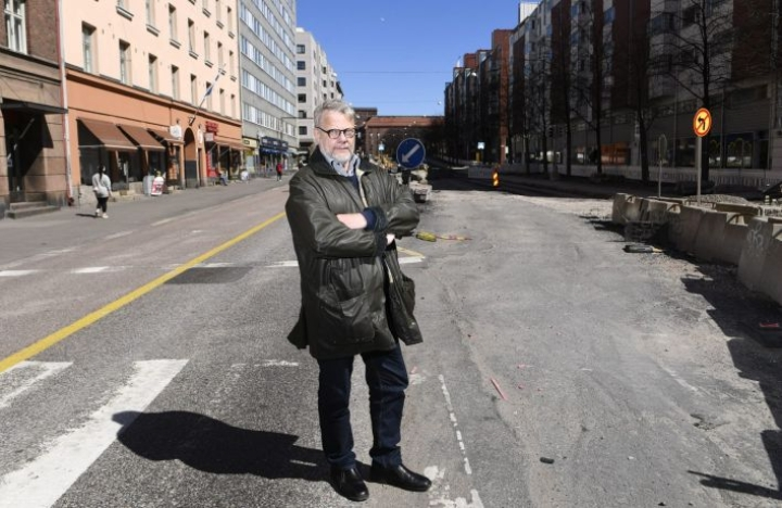 Arkkitehti, kaupunkisuunnittelija Mikko Heikkilä Helsingissä Hämeentien remontin työmaalla lauantaina 9. toukokuuta 2020. LEHTIKUVA / VESA MOILANEN