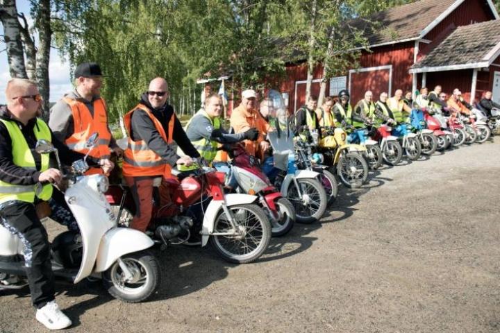 Yrittäjä Jarkko Karjusen (kolmas vas.) tempaus ajelutti Höytiäisen ympäri 21 mopoilijaa, joista 19 pääsi maaliin.