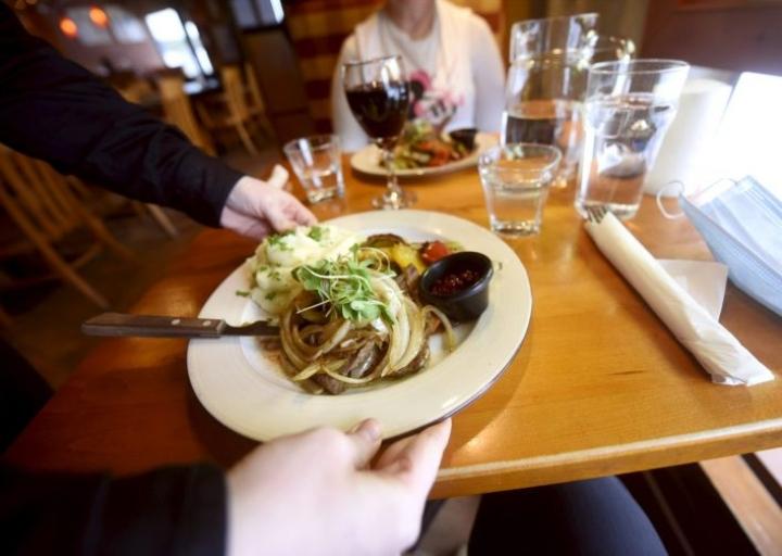 Jos eduskunta hyväksyy lakiesityksen, ravintolat on pidettävä suljettuina kolme viikkoa Suomen 19 maakunnasta 15:ssä, esimerkiksi Uudellamaalla, Pohjois-Pohjanmaalla ja Lapissa. LEHTIKUVA / Timo Jaakonaho