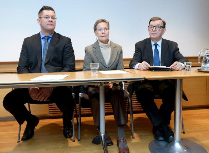 Tähtiliikkeen Paavo Väyrynen kertoi Ilja Janitskinin (vas.) ja Pirkko Turpeinen-Saaren olevan liikkeen ehdokkaita eduskunta- ja eurovaaleissa. LEHTIKUVA / MIKKO STIG