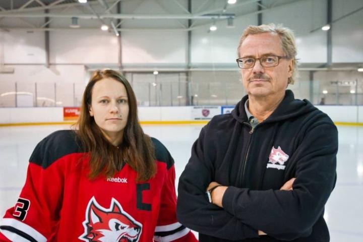Harri Turunen on luotsannut urallaan myös monta kautta Jokipoikien naisjoukkuetta. Kuvassa joukkueen kapteeni Milka Oksman.