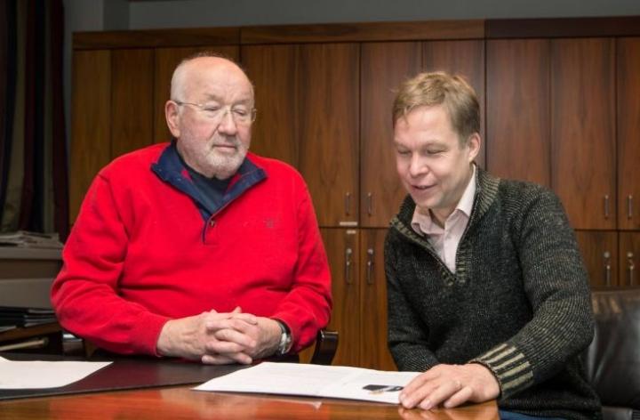 Yrjö Laakkonen haluaa pysyä tiukasti ajan tasalla puu- ja metsätilamarkkinoilla. Mika Venho koostaa tietoa, minkä pohjalta on hyvä tehdä päätöksiä.