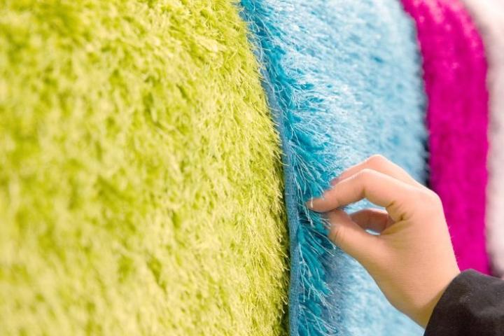Mattoa valitessa kannattaa kiinnittää huomiota ulkonäön lisäksi maton materiaaliin ja hoito-ohjeisiin.