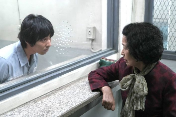 Motherissa jylläävät pojan (Won Bin)  ja äidin (Hye-ja Kim)  suuret tunteet. Onko Do-joon syyllinen murhaan?