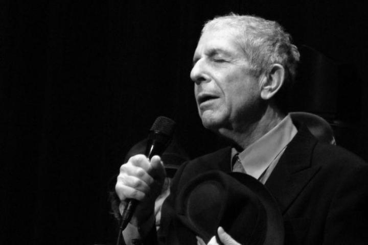 Vuonna 2016 kuolleen Leonard Cohenin klassikkolaulu Suzanne vertautuu parhaaseen runouteen Jukka Koskelaisen mielessä. Kuvassa Cohen esiintymässä lokakuussa 2008.