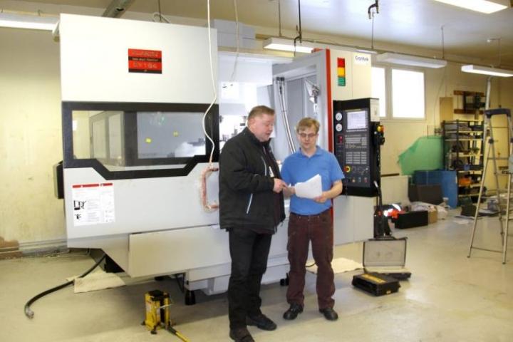 Kimmo Snicker ja CNC-koneistaja Ari Häkkinen yrityksen hankkiman työstökeskuksen äärellä.