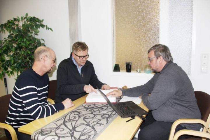 Kerrostalohanketta on suunnitellut kolmihenkinen työtyhmä. Timo Pelkonen (vas.), Seppo Ronkainen ja Veli-Matti Hurskainen.