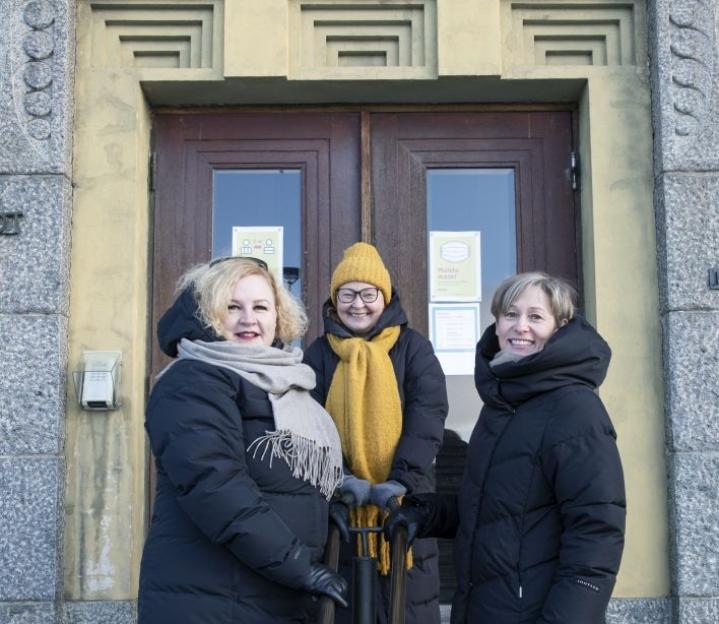 Kokeneet kuntapäättäjät Sanna Rissanen (vas.), Satu Seppäläinen ja Heli Hjälm kokevat, että hyvällä asioihin perehtymisellä ja yhteistyöllä yli puoluerajojen pärjää kuntapolitiikassa - sukupuolesta riippumatta.