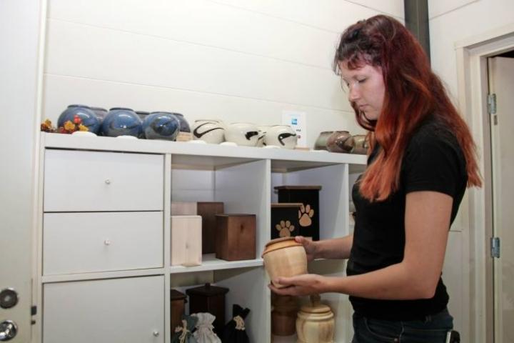 Pieneläintuhkaamo Feniksin työntekijä Emmi Tompuri kertoo, että uurnamalliston keraamiset uurnat tehdään täysin käsityönä. Moni omistaja haluaa muistoksi myös lemmikkinsä tassun jäljen, joka painetaan kipsitauluun.