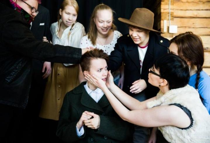 Henni Sorola (oik.) herättelee Alexander Mylleriä Lampaat-näytelmässä.