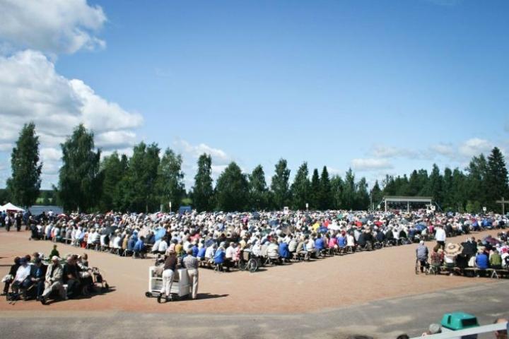 Herättäjäjuhlien konsertit ja muut tapahtumat kokoavat tuhansien osanottajien yleisöjä. Kuva Haapajärveltä vuonna 2013.