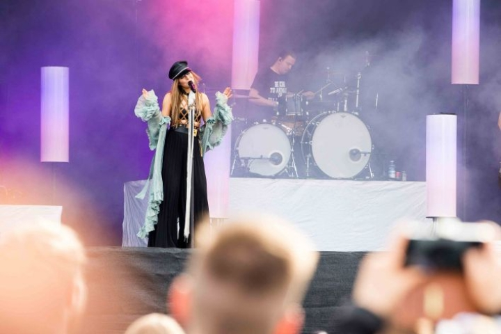 Jenni Vartiainen korkkasi tämän vuoden Ilosaarirockin päälavan.