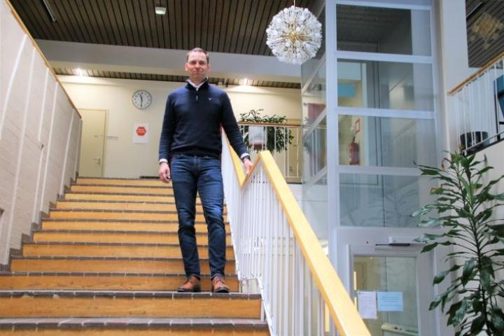 Kunnanviraston aula portaineen on likimain alkuperäinen. Löppösen mielestä se on hyvin kestänyt aikaa.