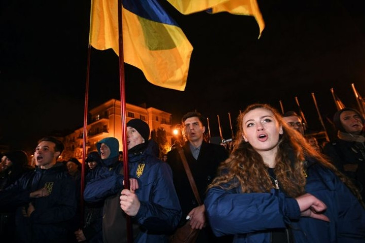 Mielenosoittajat protestoivat Kiovassa Ukrainan joukkojen vetäytymistä maan itäosassa. LEHTIKUVA/AFP