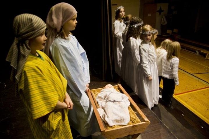 Eduskunnan apulaisoikeusasiamiehen ratkaisu koulujen joulujuhlan järjestämisestä kirkossa synnytti kiivasta keskustelua sosiaalisessa mediassa.  Koulun joulujuhlaa harjoiteltiin Helsingissä 16. joulukuuta 2011. LEHTIKUVA/Markku Ulander