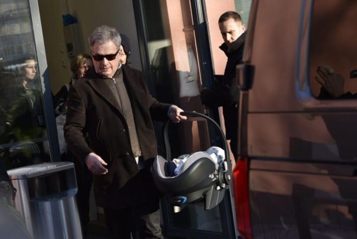Presidenttipari lähti vauvan kanssa sairaalasta kotiin maanantaina.