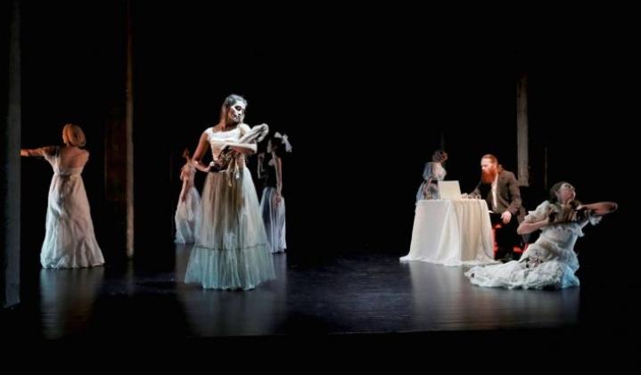 Pietarista saapunut Odd Dance Theatre toi Lewis Carrolin mielikuvitusmaailman Outokumpuun.