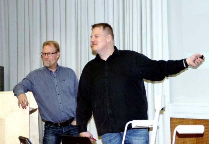 Ari Soikkeli (vas.) ja Karri Vaakanainen esittelivät torialueen kunnostuksen ja vapaa-aikatalon peruskorjauksen suunnitelmia.