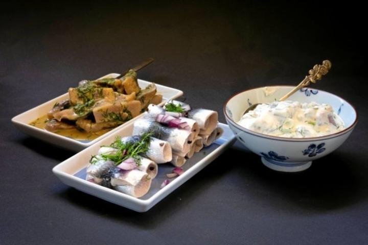 Limesillissä saa olla pientä kirpeyttä. Paavomummon silakat ovat oikeita entisajan suolaisia kaloja. Sinappisillin maun voi halutessaa pyöristää ranskankermalla.