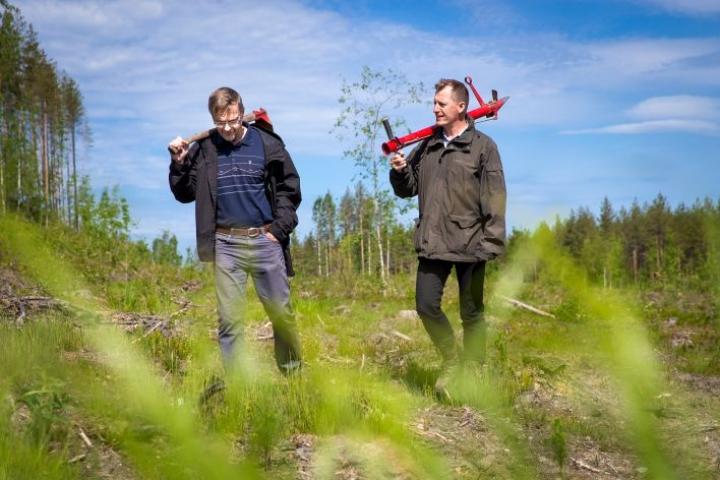 Markku Remeksellä (oik.) pottiputki on ollut käytössä tänäkin keväänä. Timo Pukkala antaa mieluummin luonnon hoitaa uudistamistyöt.