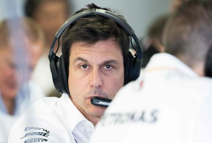 Wolffin Mercedes päättää pian Hamiltonin ensi kauden tallitoverista. Lehtikuva/AFP