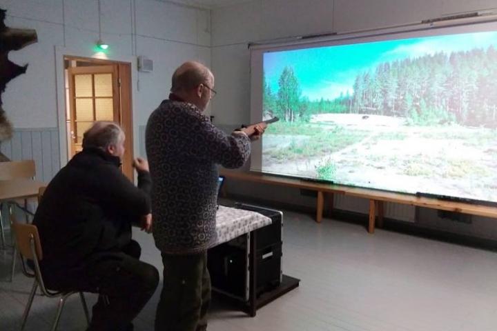 Ampumassa ovat Juha Laatikainen ja Erkki Kuokkanen.