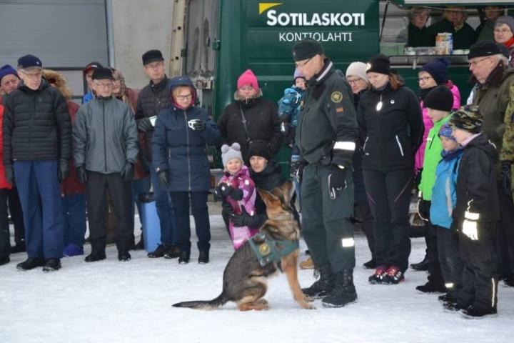 Vanhempi rajavartija Arto Juutinen esitteli rajakoira Debin kanssa tottelevaisuuskoulutusta ja henkilön hakua.