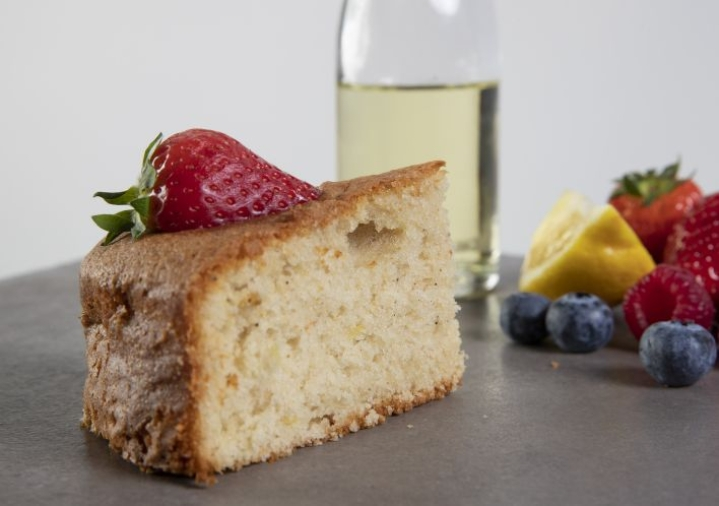 Mieto oliiviöljy ei maistu läpi kakussa mutta tekee leivonnaisesta mehevän ja herkullisen. Kakun voi tarjoilla esimerkiksi tuoreiden marjojen kanssa.