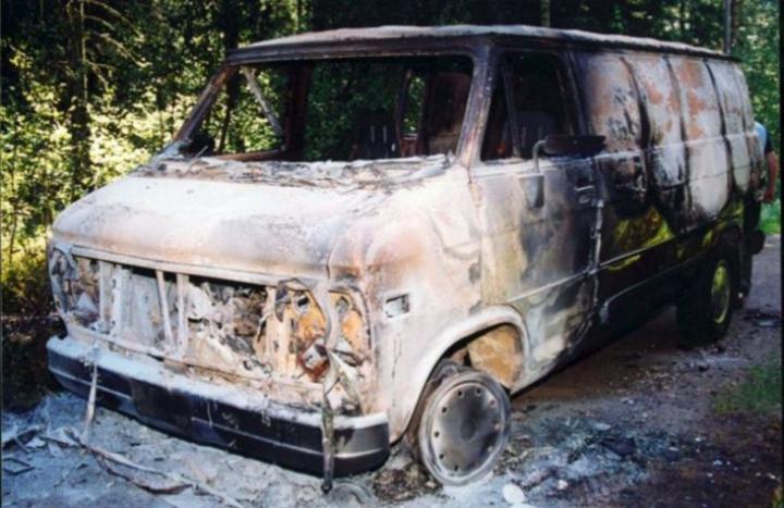 Turun vuoden 2002 arvokuljetusryöstön yrityksessä käytetty pakoauto löytyi myöhemmin palaneena pururadalta. Kuva on Lounais-Suomen poliisin esitutkintamateriaalista. LEHTIKUVA / Handout / Lounais-Suomen poliisi