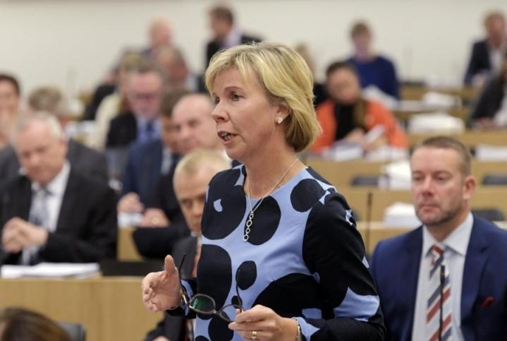 RKP:n puheenjohtaja Anna-Maja Henrikssonin mielestä keskustalla on kova kiire ajaa alas sairaalapalveluita ennen varmuutta sote-uudistuksen toteutumisesta. LEHTIKUVA / MARKKU ULANDER