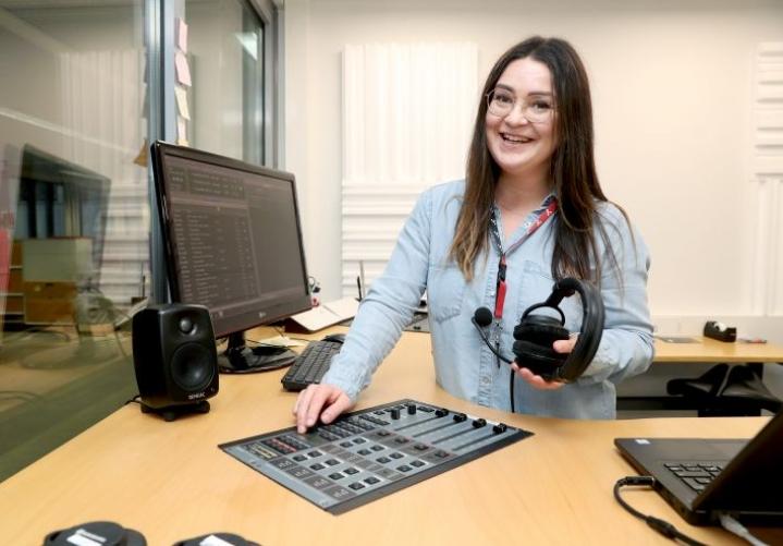 """""""Haluamme tuoda meidän tavallisten pohjoiskarjalaisten asiat ja keskustelunaiheet radioon ja osaksi kuuntelijoiden arkea"""", kertoo radiotoimialan päällikkö Liina Mustonen."""