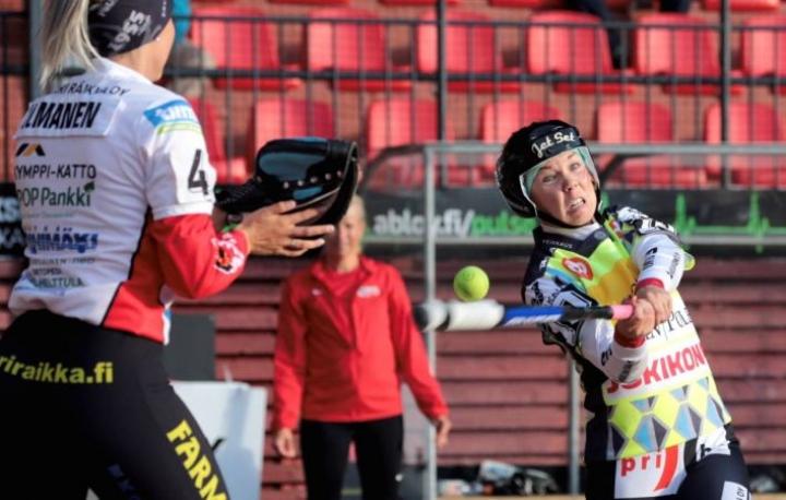 JoMan Salla Eteläpää pääsee iskemään jälleen ensi viikolla sarjaotteluissa, kun Ykköspesiksen kausi käynnistyy 11. toukokuuta.