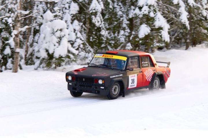 Mikko ja Katri Turunen osallistuvat harrasterallisarjaan Lada-luokassa. Polvijärveläiskaksikko oli Joutsassa ajetussa kauden avauskilpailussa luokkansa toinen.