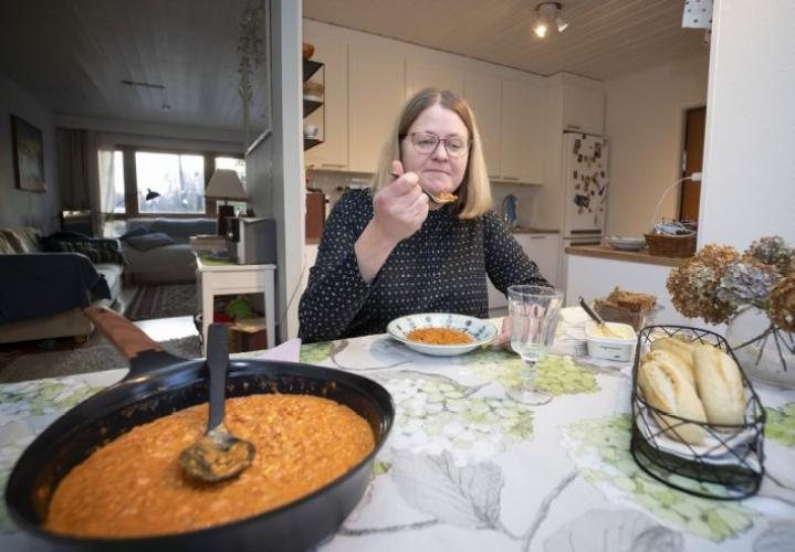 Marjo Eklund kattaa pöydän yhdelle. Hän kokee, että se kohottaa ruokailun arvoa. Kännykkä ja tietokone eivät myöskään kuulu ruokailuhetkeen. Linssikeitto syntyi pojan reseptillä.