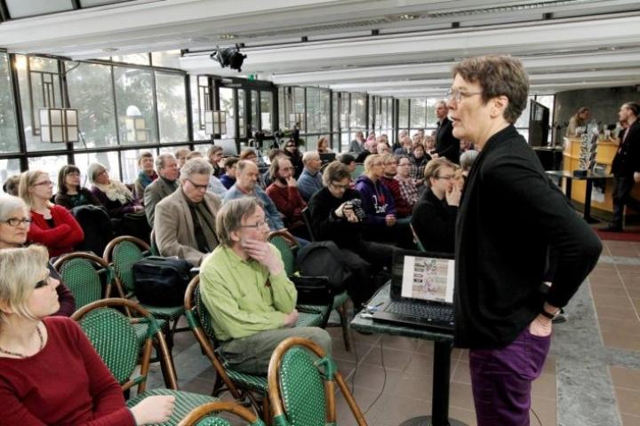 Satu Hassi puhumassa Joensuun teatteriravintolassa Kohtuus-liikkeen vieraana vuonna 2015,