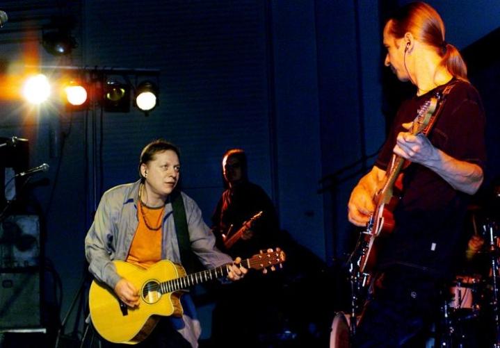Tämä jäi nyt tällä viikolla kokematta. Miljoonasade kuvattuna edellisessä konsertissaan Joensuun Carelia-salissa vuonna 2000. Kuvassa Heikki Salo (vas.) ja Matti Nurro.