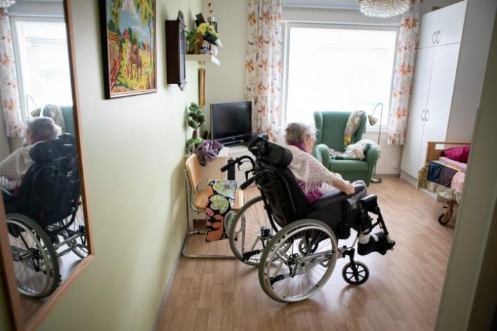 Lakiesityksen mukaan omasta kodista saisi edelleen poistua läheisen henkilön hoivan tarpeen vuoksi. Lehtikuva / Anni Reenpää