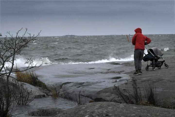 Kaikilla merialueilla on tiistaipäiväksi voimassa kovan tuulen varoitus ja läntisillä merialueilla myrsky- tai aallokkovaroitus. LEHTIKUVA / MARKKU ULANDER