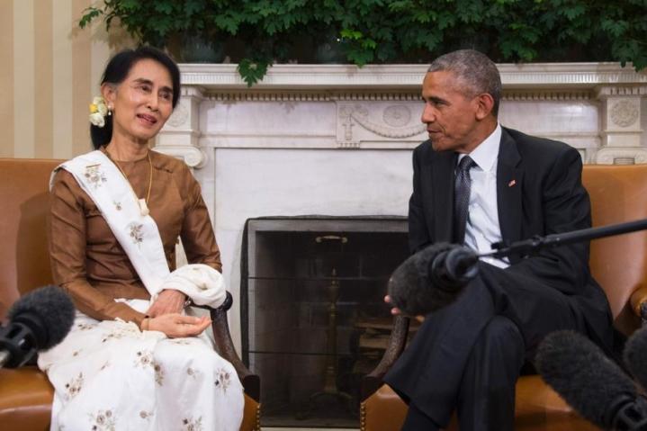Nobelin rauhanpalkinnon voittanut Aung San Suu Kyi (vas.) ja presidentti Barack Obama keskustelivat Burman tilanteesta eilen Valkoisessa talossa. LEHTIKUVA/AFP