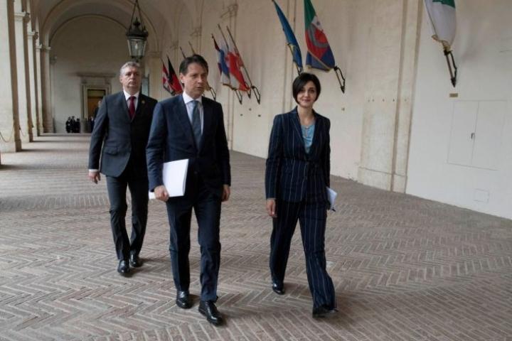 Italian pääministeriehdokkaalla Giuseppe Contella (keskellä) ei ole aiempaa kokemusta politiikasta.  LEHTIKUVA / AFP