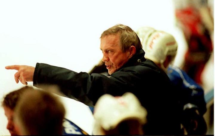 Vuonna 1998 Joensuun Kiekko-Karhut kohtasi Uudenkaupungin Jää-Kotkat, jota valmensi kuvassa oleva Mölli. Kuten listalta on huomattavissa, mieleenpainuvia lempinimiä on käytetty paljon jääkiekon lisäksi etenkin nyrkkeilyssä, koripallossa, yleisurheilussa ja jalkapallossa.