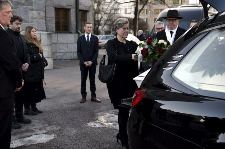 Puoliso Hilkka Ahde laski kukkia Matti Ahteen arkulle. Lehtikuva / Antti Aimo-Koivisto