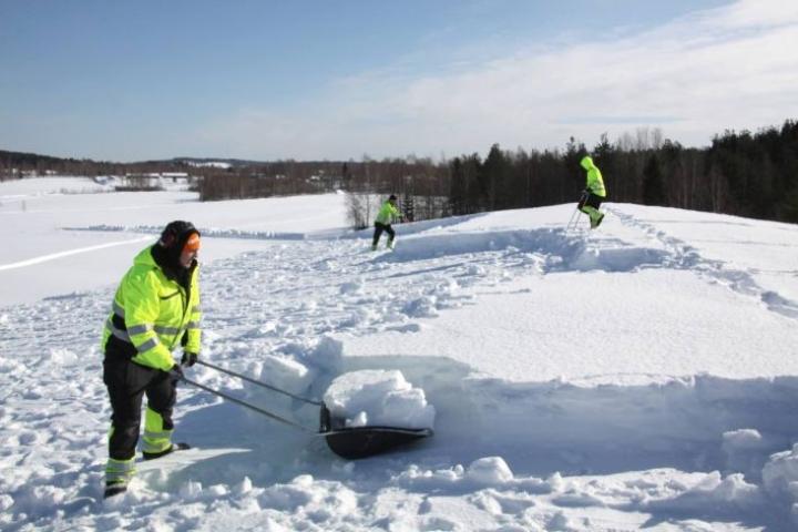 Nurmeksen jäähallin katolla oli tiistaina noin 120 senttimetriä lunta.
