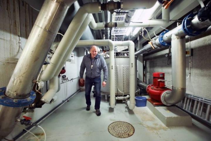 Vesikon kellarikerroksessa kulkee putki poikineen. Altaiden vesi kulkee suodattimien läpi neljä kertaa vuorokaudessa, kertoo laitospäällikkö Pentti Ryhänen.