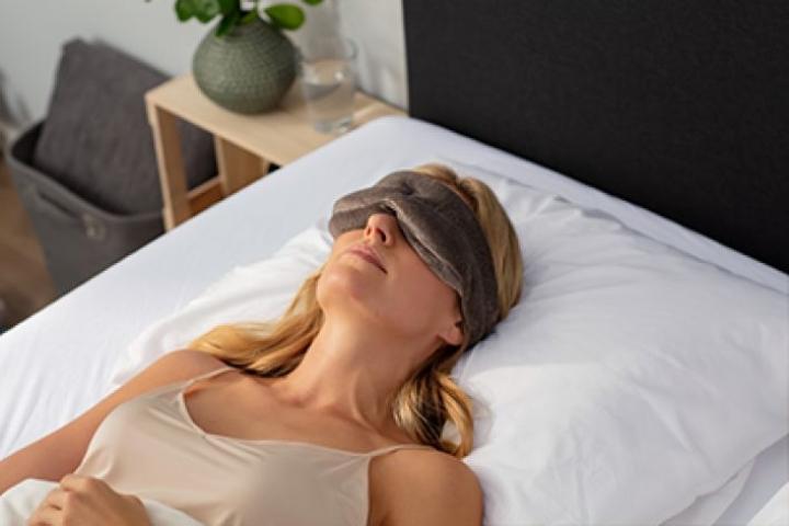 Huono uni vaikuttaa kaikkiin elämän osa-alueisiin, joten hyvään ja riittävään uneen on syytä satsata, kuten nukkumisen apuvälineisiin: sänkyyn, peittoon, tyynyyn ja unimaskiin. Kuva: TEMPUR
