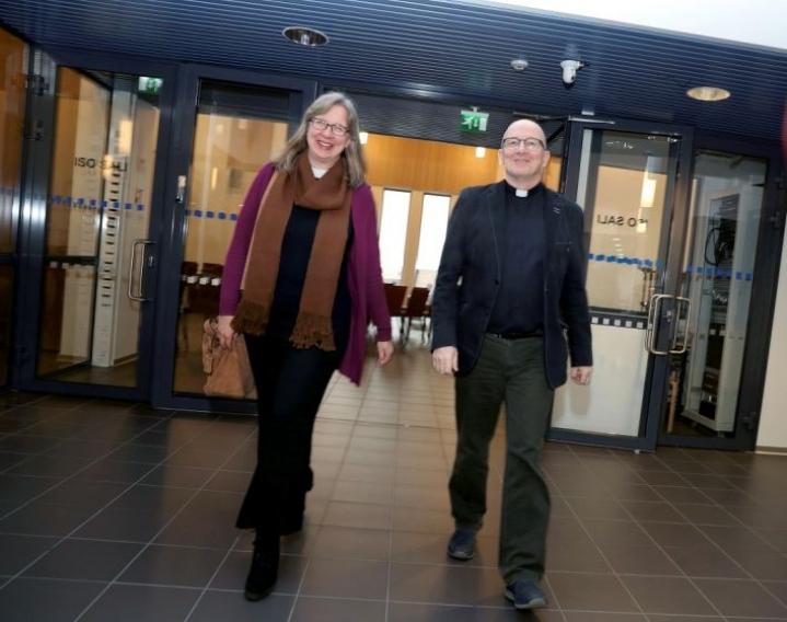 Retriittipappi Pauliina Kainulainen ja kirkkoherra Petri Rask ja ovat huomanneet, että suomalaisten kirkkosuhteessa tapahtuu muutoksia. Ne on huomioitava kirkon toiminnassa.